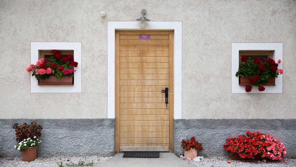 Lesena vrata z napisom pisarna