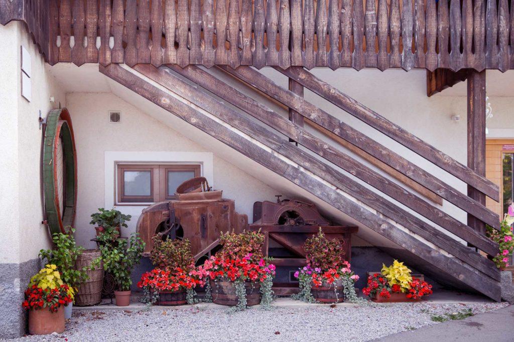 Stopnice z leseno ograjo, ki vodijo v prvo nadstropje.